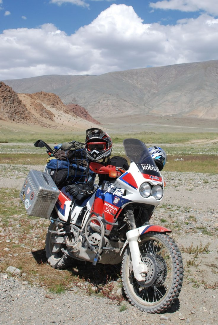 https://upload.wikimedia.org/wikipedia/commons/0/07/Honda_Africa_Twin_XRV750.jpg