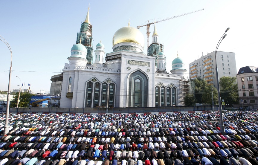 http://s1.ibtimes.com/sites/www.ibtimes.com/files/2015/07/23/muslims-moscow.jpg